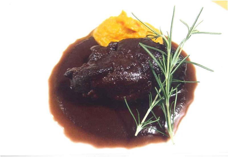 Carne di cavallo al vino rosso accompagnata da crema di carote e arancia rossa