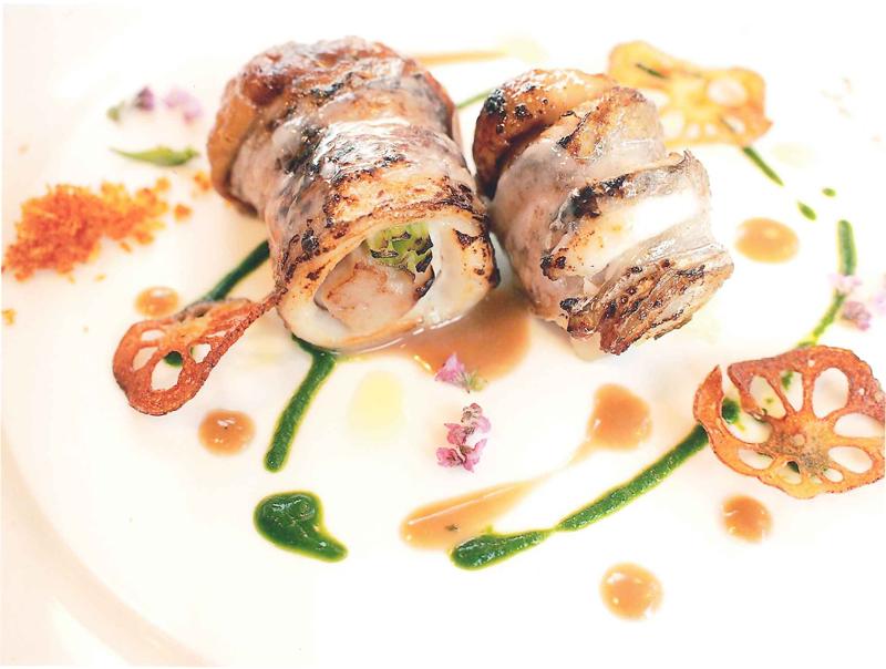 Involtini di pesce coltello con funghi porcini in salsa di burro alle acciughe e vino bianco
