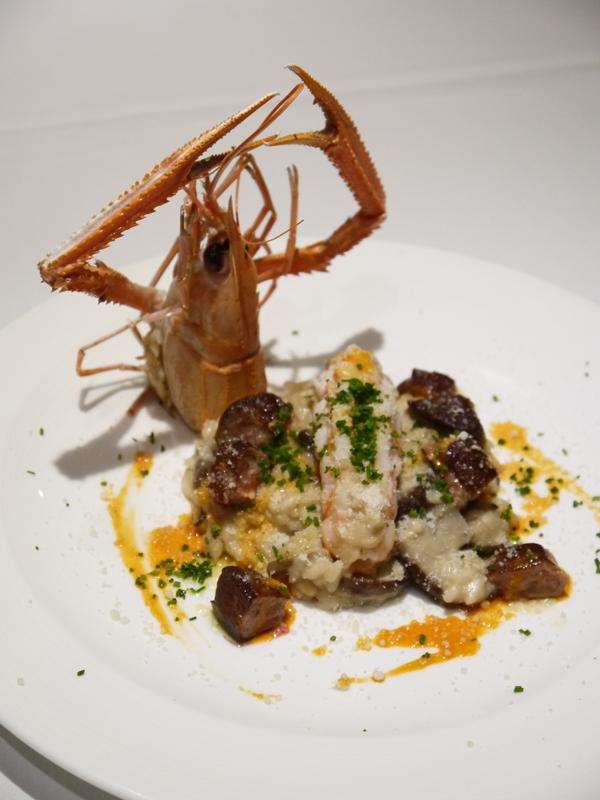 Risotto ai funghi porcini accompagnato da fois gras e aragosta giapponese