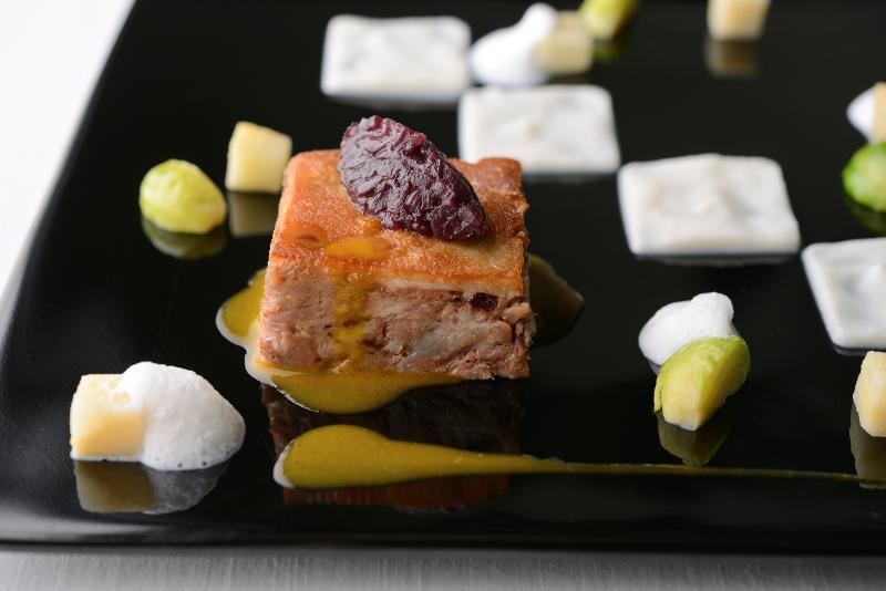 豚すね肉の煮込み 赤タマネギとカブのピューレ タイムの香りのスキューマ Stinco di maiale bollito con cipolle rosse e purè di rapa accompagnato da schiuma al profumo di timo.
