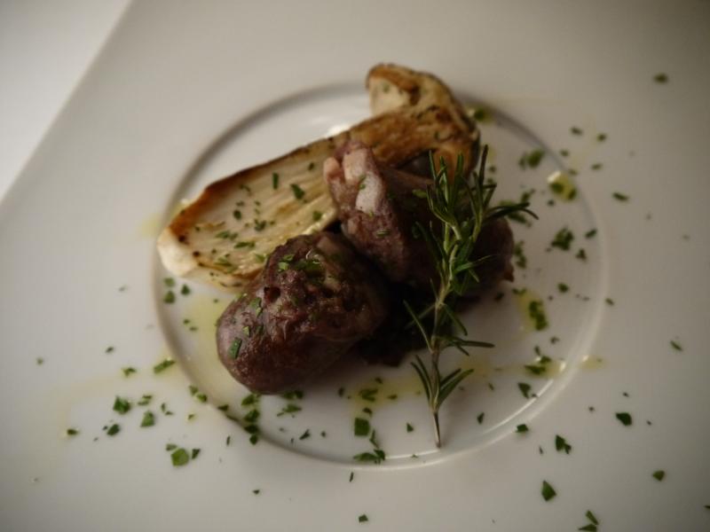 2ヶ月熟成 但馬牛(たじまぎゅう)のサルシッチャの炭火焼 ポルチーニのロースト  2 lune piene  Salsicce di manzo di Tajima con porcini al forno.