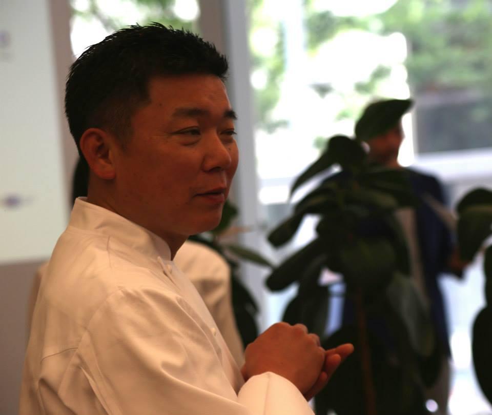 セミナーでオイーブオイルの使い方について講義するリストランテ濱崎の濱崎シェフ